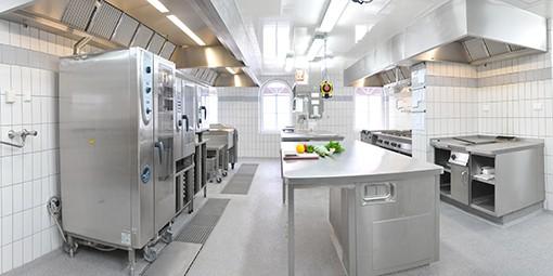 Einblick in die Küche und die Fertigung