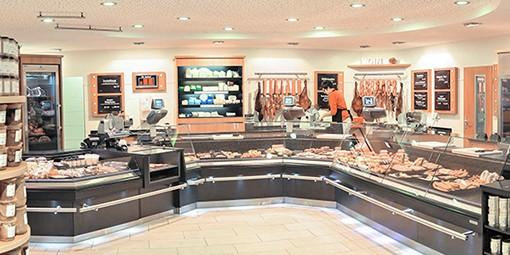 Einblick in den Laden mit großer Verkaufsfläche